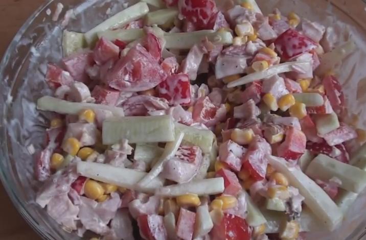 salat-s-kopchenoj-kuricej-ogurcom