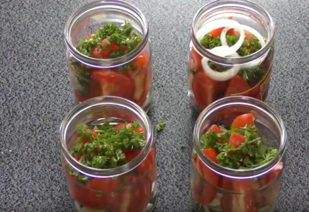 salat-iz-pomidorov-s-lukom-na-zimu