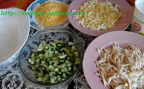 салат с жареными яйцами и курицей рецепт
