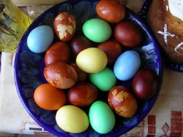 Как покрасить яйца на пасху своими руками | 6 красивых ...