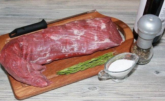 Как запечь говяжью лопатку в духовке в рукаве