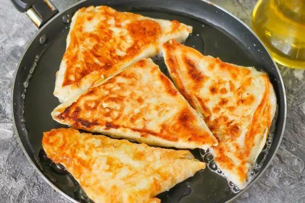 Треугольники из лаваша с сыром и зеленью жареные на сковороде
