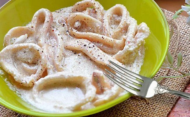 Кальмары в сметанном соусе с луком на сковороде